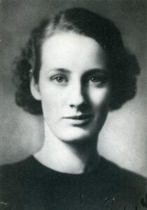 Mustavalkoinen kuva nuoresta Gunnel Nymanista (1909 –1948). Nyman oli kansainvälisesti tunnettu suomalainen muotoilija. Hän aloitti uransa huonekalujen suunnittelijana, mutta siirtyi myöhemmin lasimuotoilijaksi.