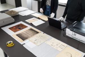 Kuvassa Designmuseon työntekijöitä Gunnel Nymanin arkiston äärellä.